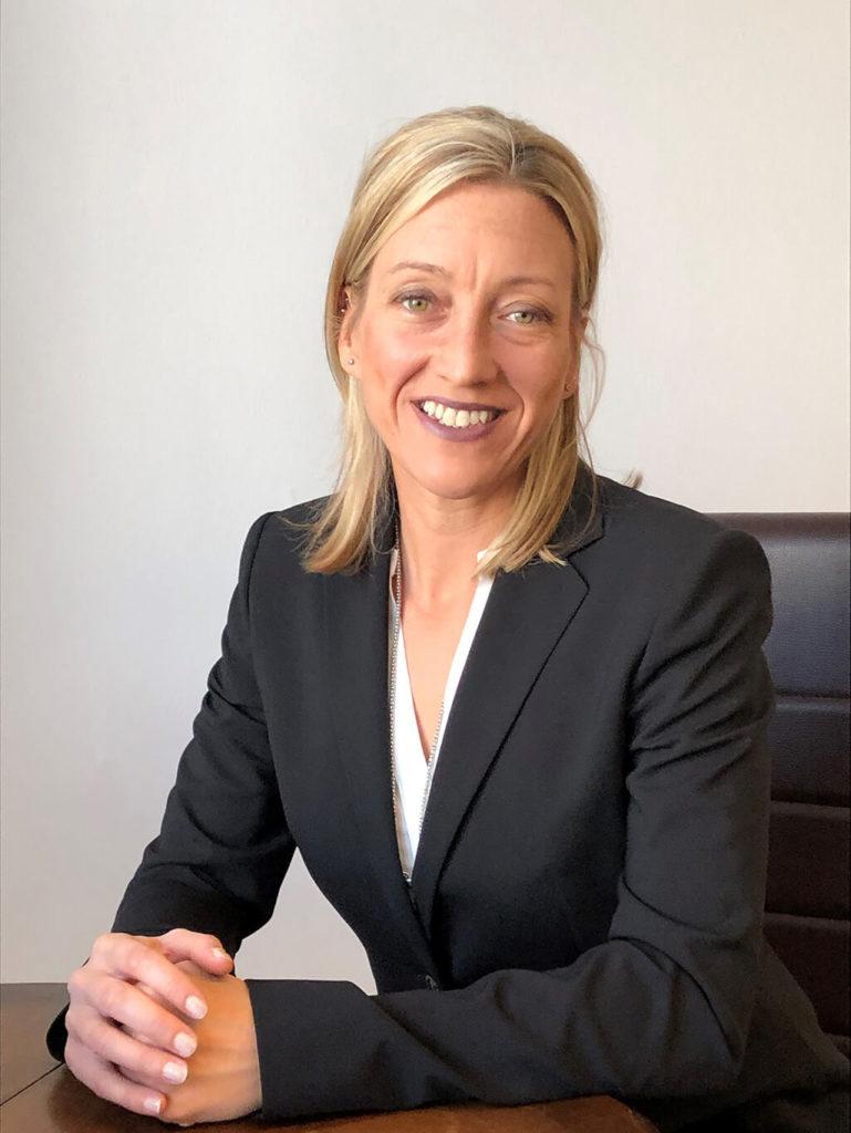 Rechtsanwältin Mag. Karin Luxbacher sitzen am Tisch